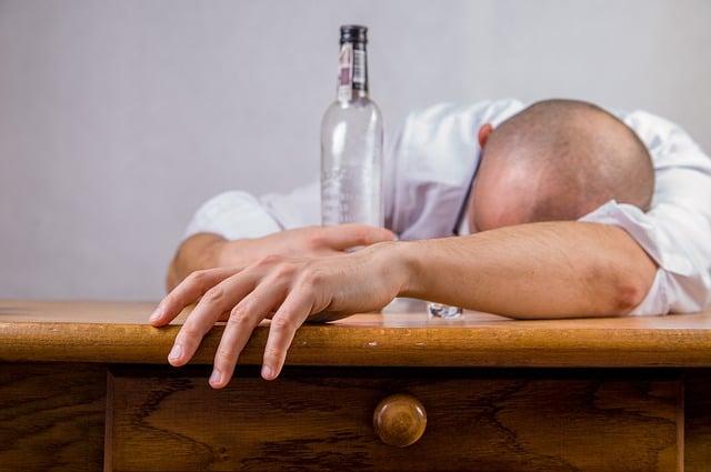 Jeder 7. Erwachsene trinkt zu viel Alkohol
